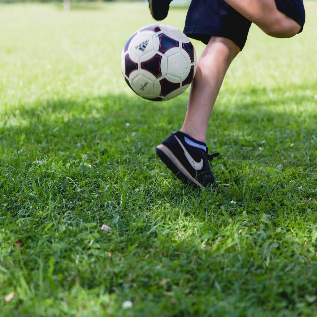 """ילדים מתאמנים בכדורגל בית""""ר גדרה"""